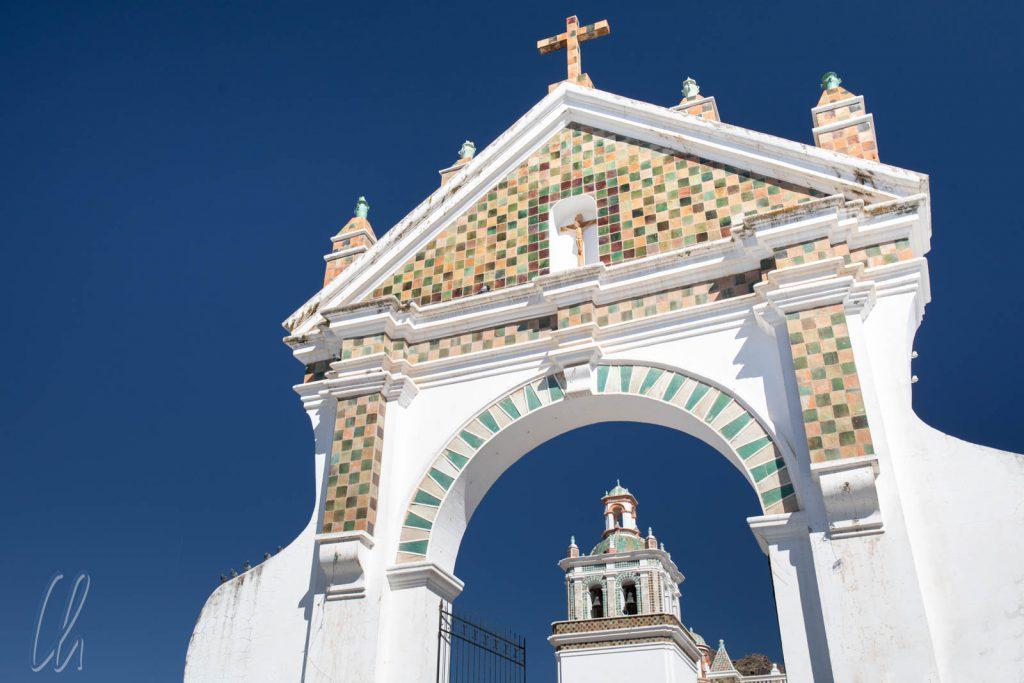 Das Eingangsportal der Kathedrale von Copacabana, Bolivien