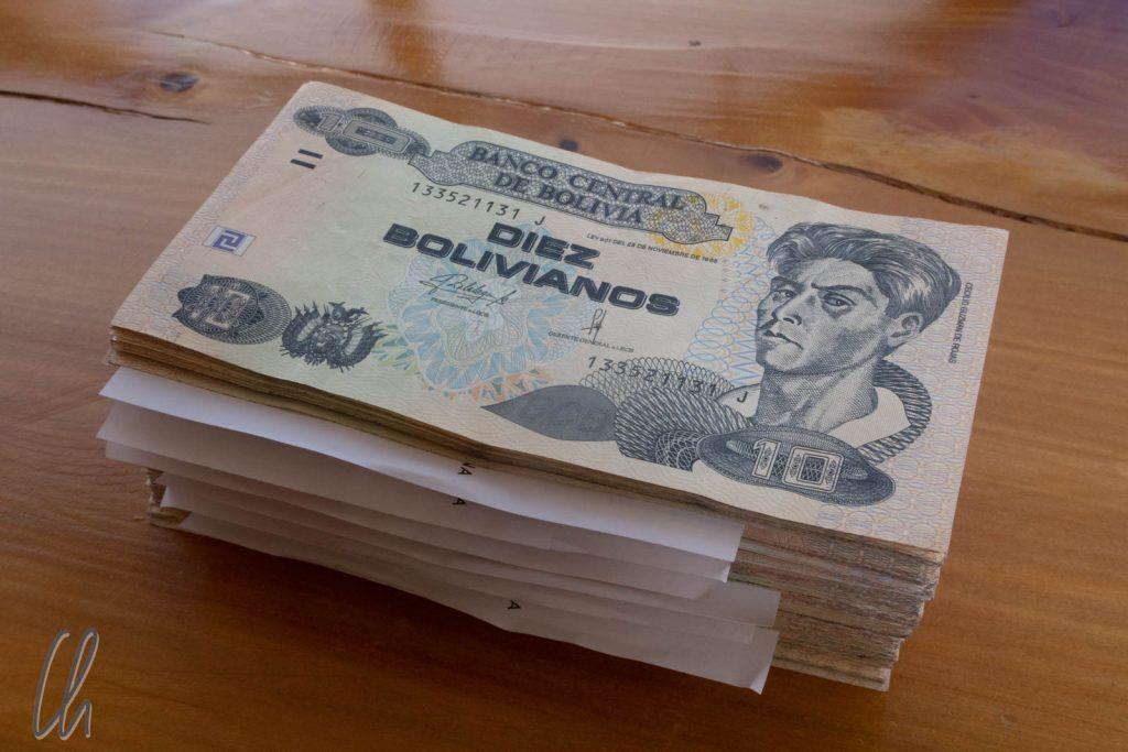 Bargeld lacht, diese Stapel Geld ist ungefähr 380 Euro Wert.