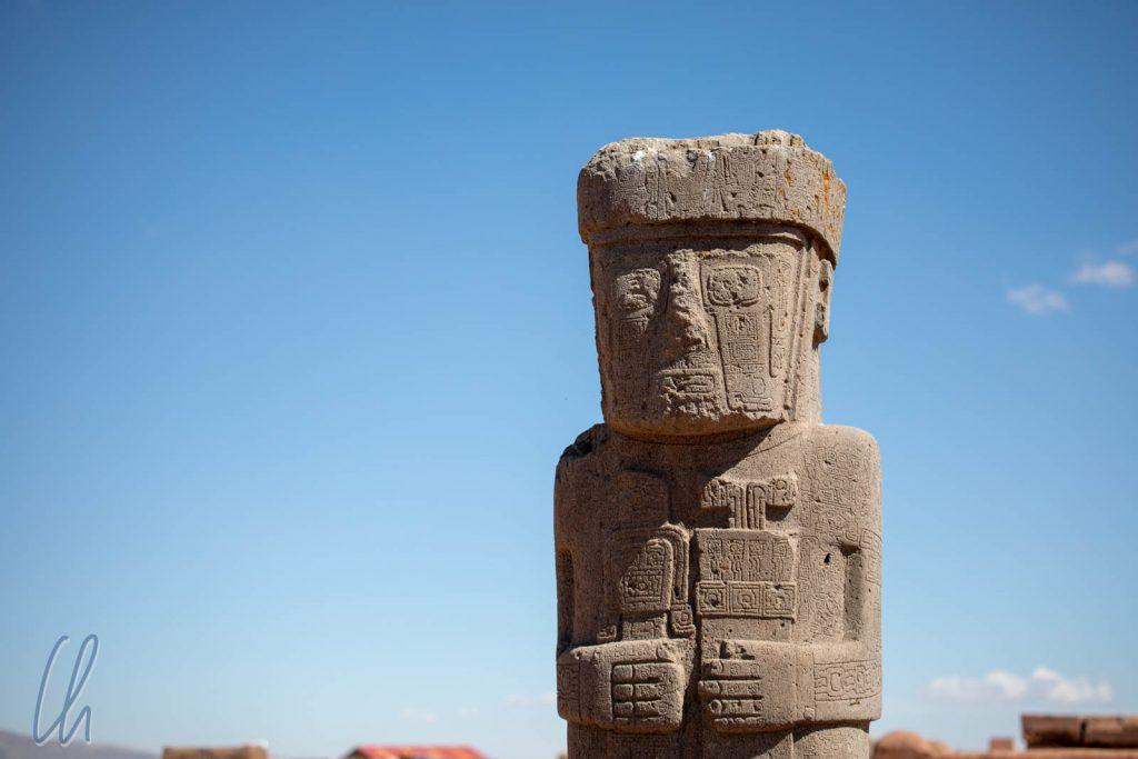 Die Estela Ponce, verziert mit typischen Tiwanaku-Mustern