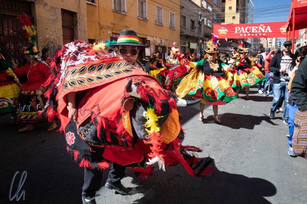 Bei der Waca Tocori reitet der Tänzer quasi auf einem Stier.
