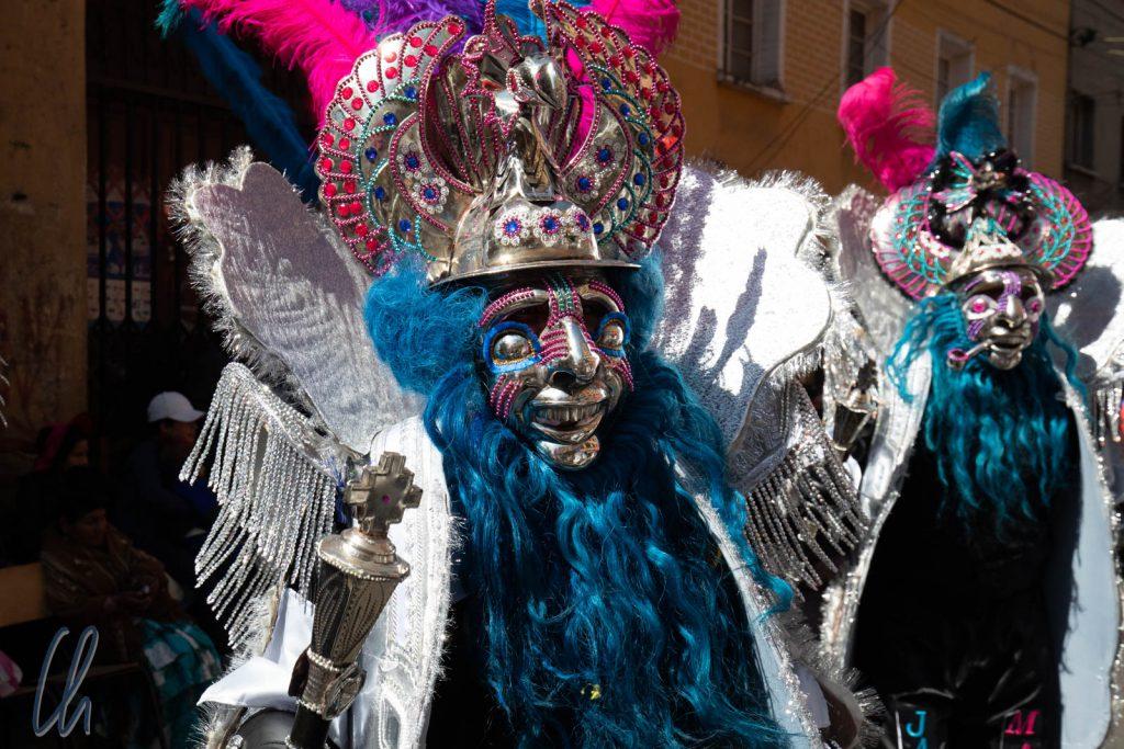 Dieses schwere Morenada-Kostüm wiegt bestimmt mehrere Kilos, so dass die Tänzer bei strahlendem Sonnenschein stark ins Schwitzen kamen.