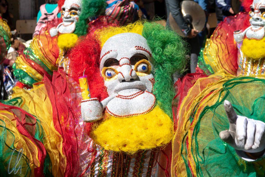 La Festividad de Nuestro Señor Jesús del Gran Poder: Ein Morenada-Kostüm in den bolivianischen Landesfarben