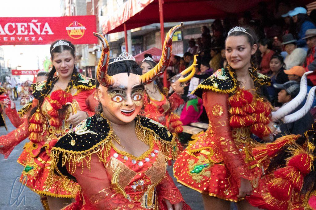 Eine Teufelin höchstpersönlich. Der Tanz heißt Diablada.