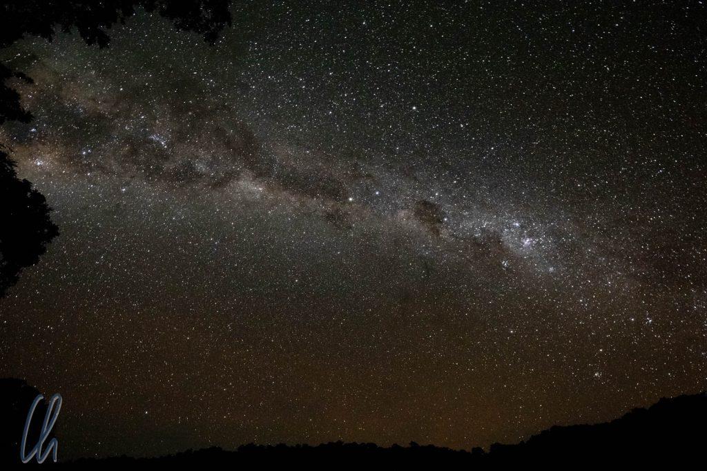 Die Milchstraße in einer mondlosen Nacht über dem Chalalan See