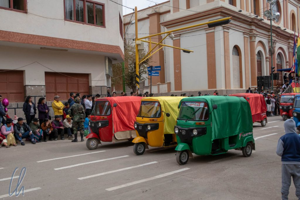 Tuktuks in den bolivianischen Landesfarben auf der Parade in Tupiza