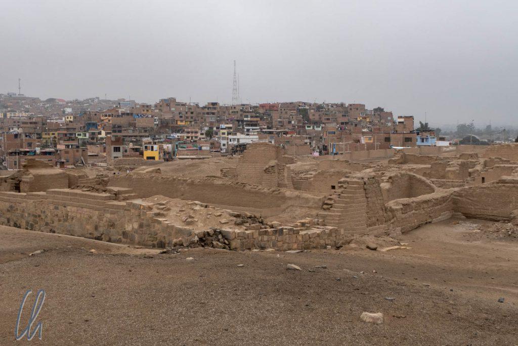 Blick über Pachacamac und die umliegenden Häuser