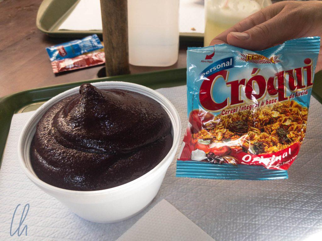 Die moderne Variante eines Açaí-Snacks, mit Müsli statt Farofa
