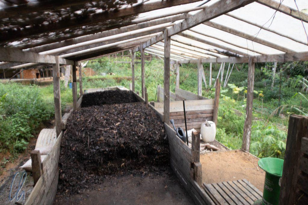 Der Maxi-Komposthaufen zur Erzeugung einer wichtigen Terra Preta-Zutat.