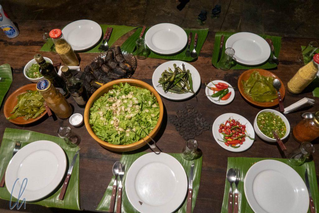 Reich gedeckter Tisch im Dschungel