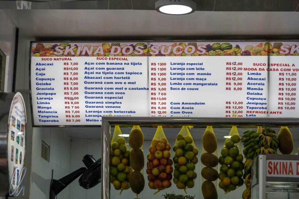 Eine scheinbar unendliche Auswahl an frischen Säften (sucos).