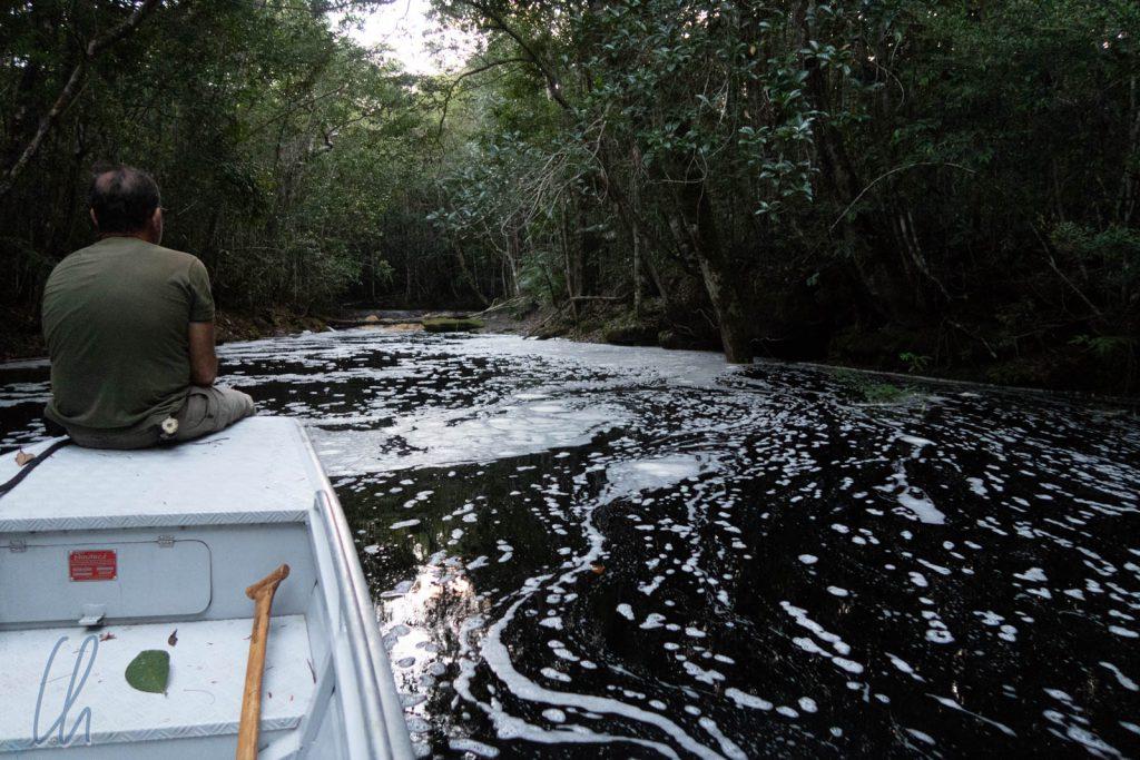 Durch Verwirbelung des sauren Wassers bildet sich viel Schaum.