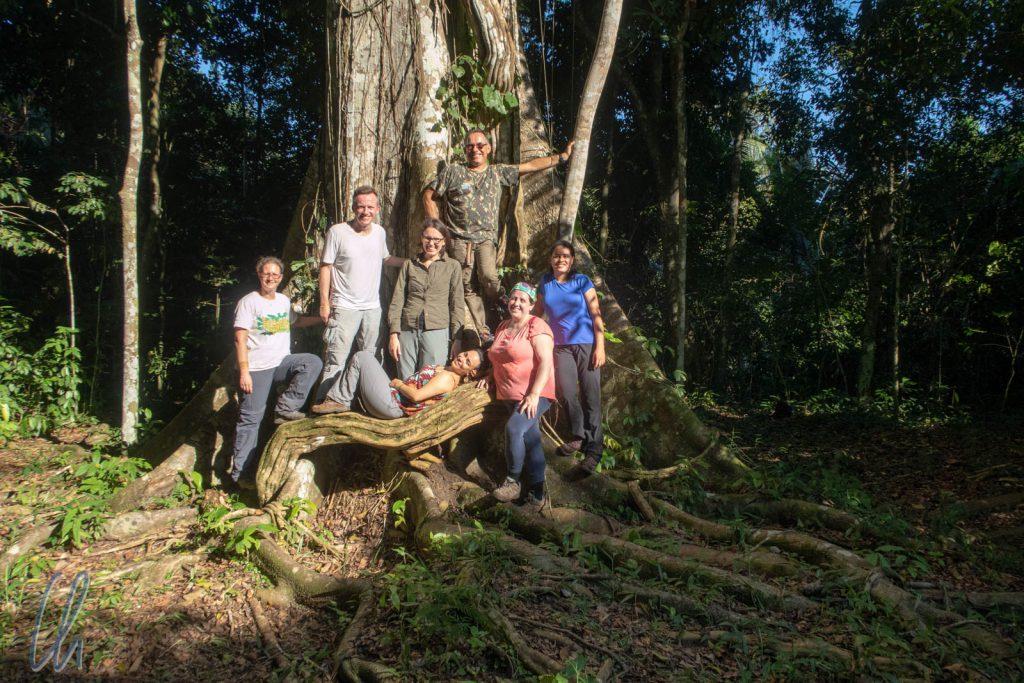 Gruppenbild unter Kapokbaum (Samauma tree)