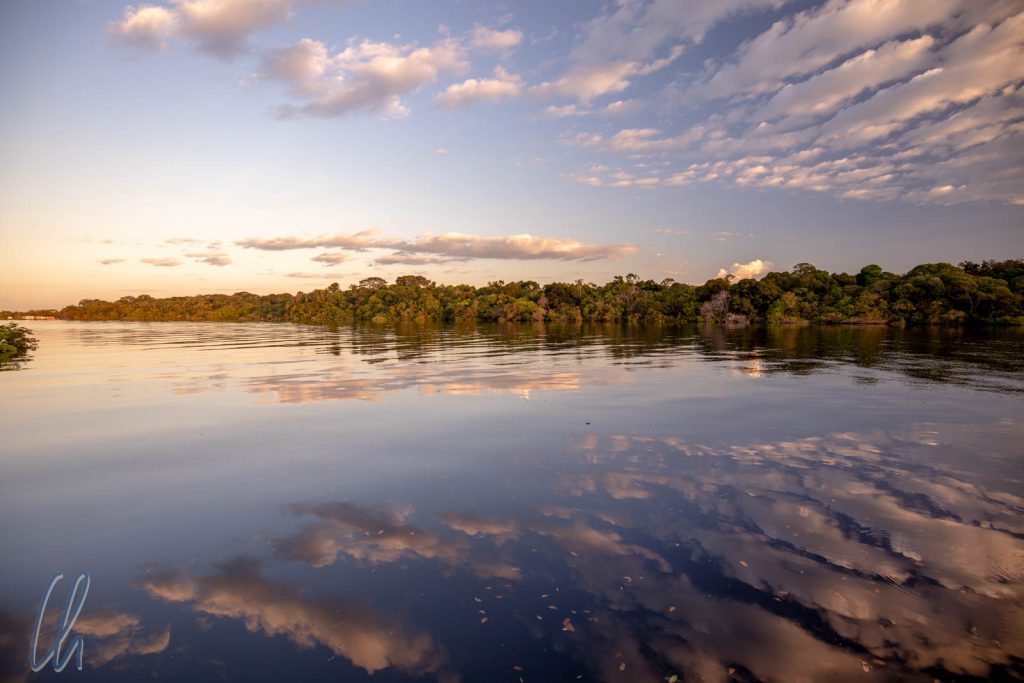 Einsetzende Dämmerung an der Mündung des Rio Jaú