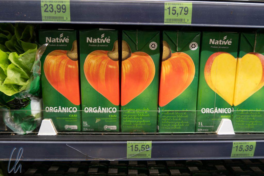 Caju-Saft aus der Tüte. Das braune, oben in der Mitte ist die Cachew-Nuss, das orange ist die (Pseudo)-Frucht für den Saft.