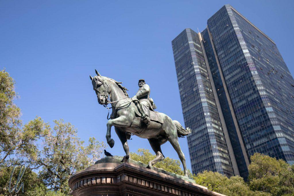 General Osório reitet vor modernen Hochhäusern