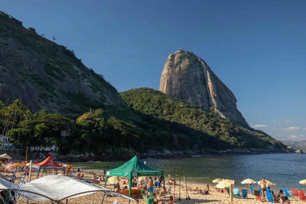 Blick auf dem Zuckerhut (Pão de Azucar) von der Praia Vermelha (dem roten Strand)