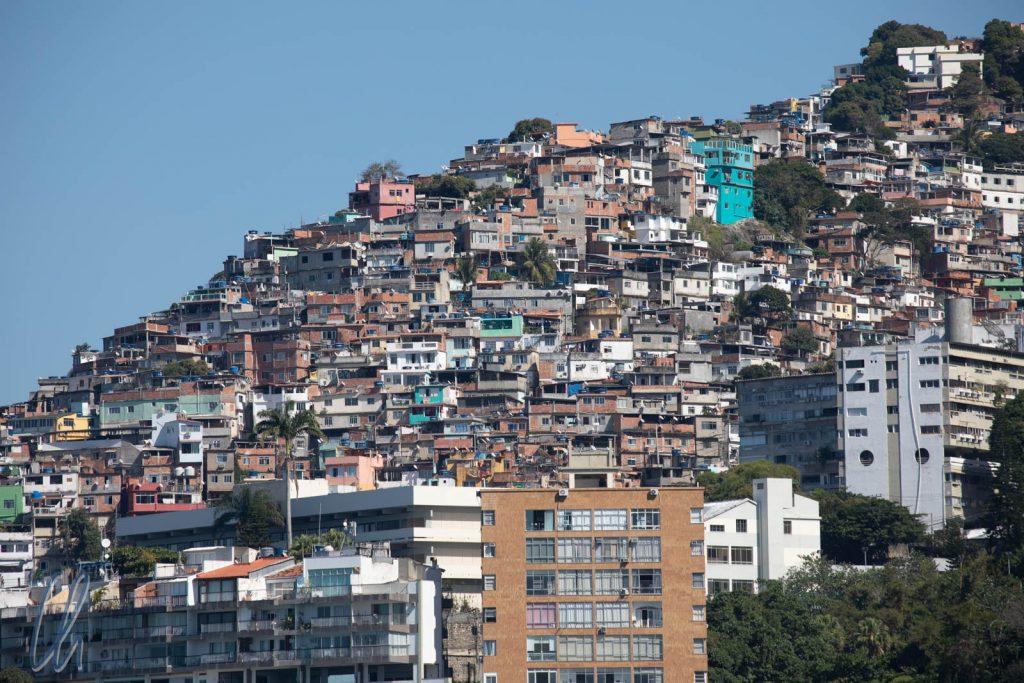 Blick aus der Ferne in die Favelas