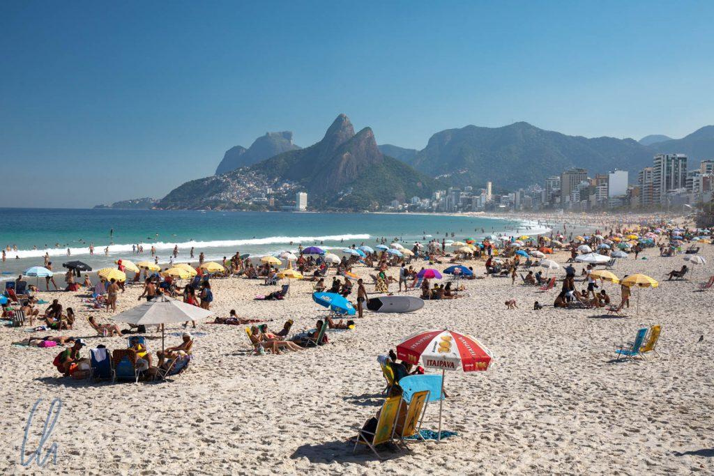 Stadt-Strand in Rio, nicht nur in Copacabana, sondern auch in Ipanema