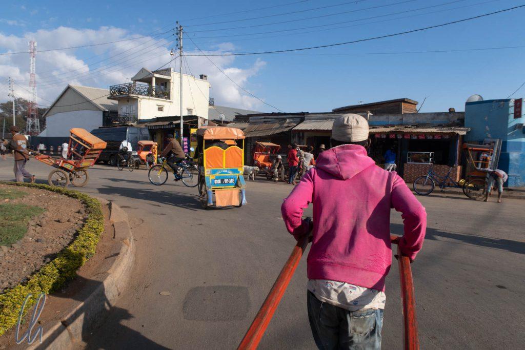 Unterwegs im Pousse-Pousse. Diese Rikschas gehören zum madegassischen Alltag.