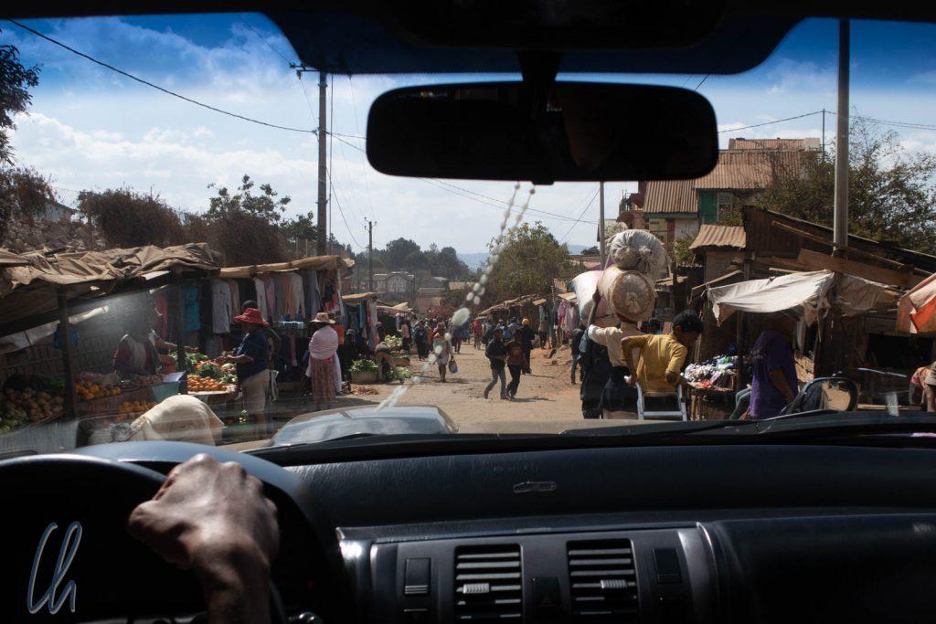 Eine Hauptstraße mitten in Antsirabe, gesäumt von Marktständen