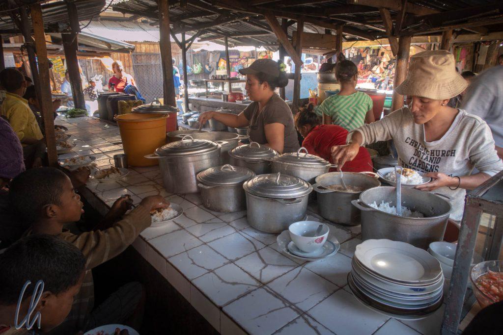 Essen auf dem Markt für die Straßenkinder von Antsirabe