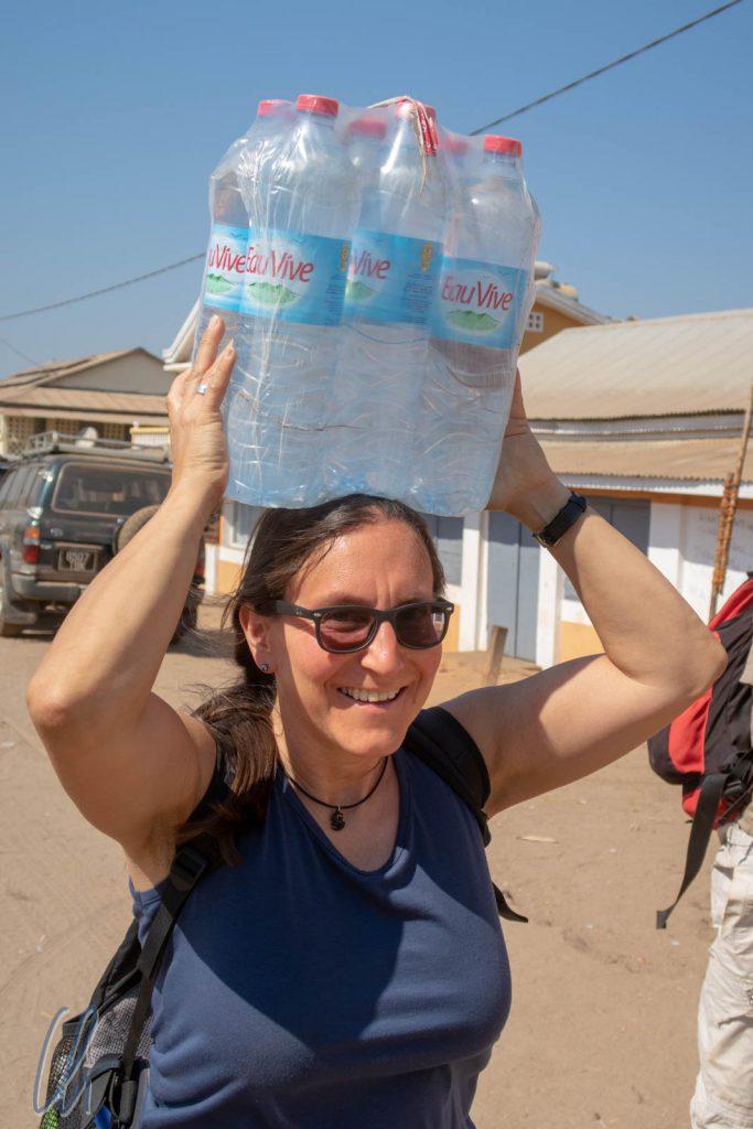 Katja trägt das lebendige Wasser. Für uns eine Einwegflasche, für die Madegassen ein begehrter Gebrauchsgegenstand.