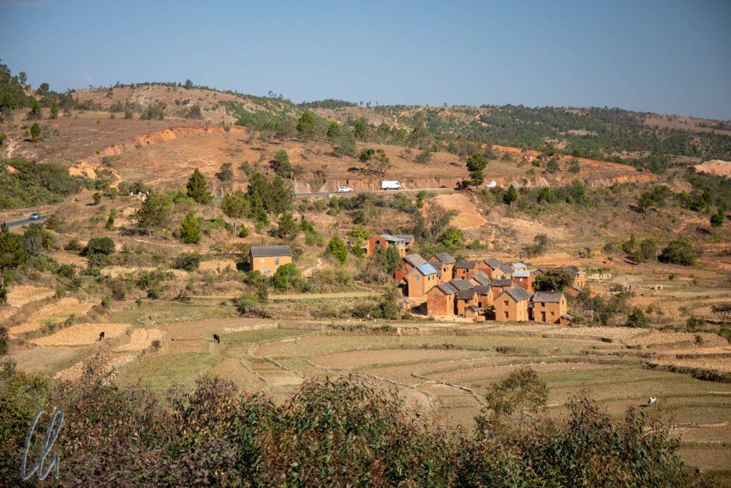Ein kleines Hochland-Dörfchen entlang der Nationalstraße 7, südlich von Antananarivo.