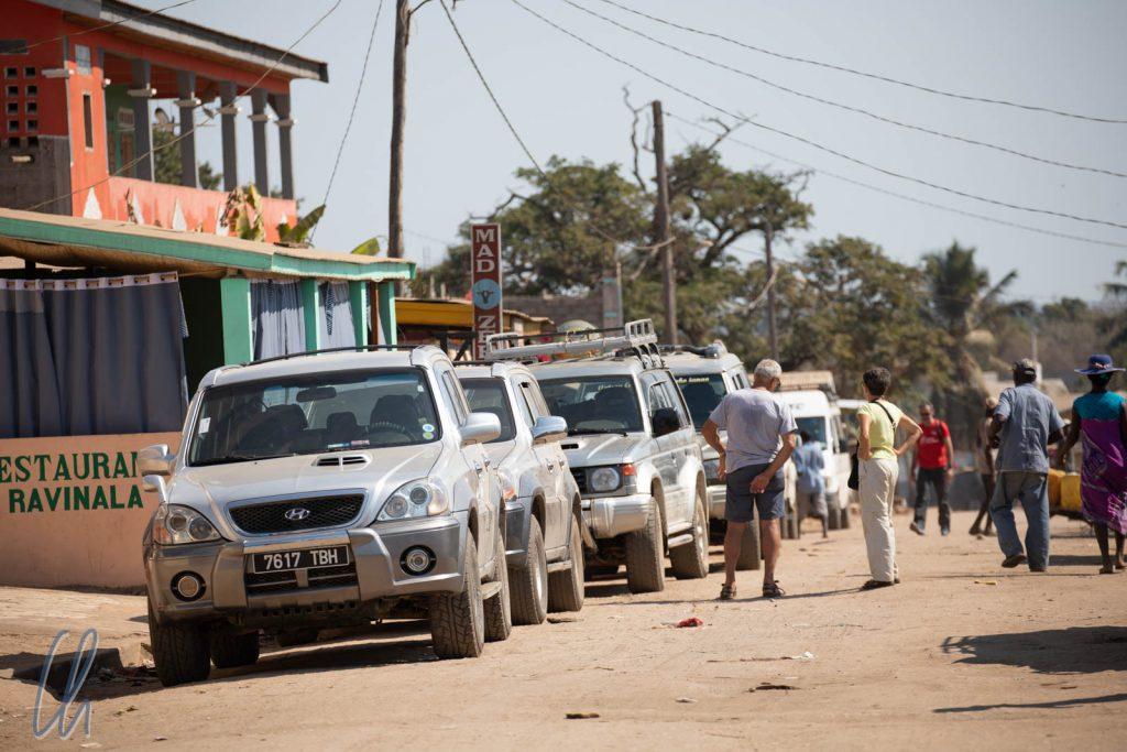 Die Jeeps sammelten sich in Belo für die Polizeikarawane.