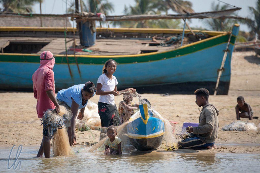 Am späten Vormittag sortierten die Fischer die Netze.