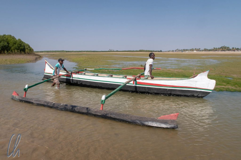 Meki und Saki mit ihrem Boot