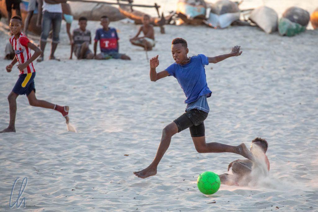 Der Fußballernachwuchs am Strand von Morondava