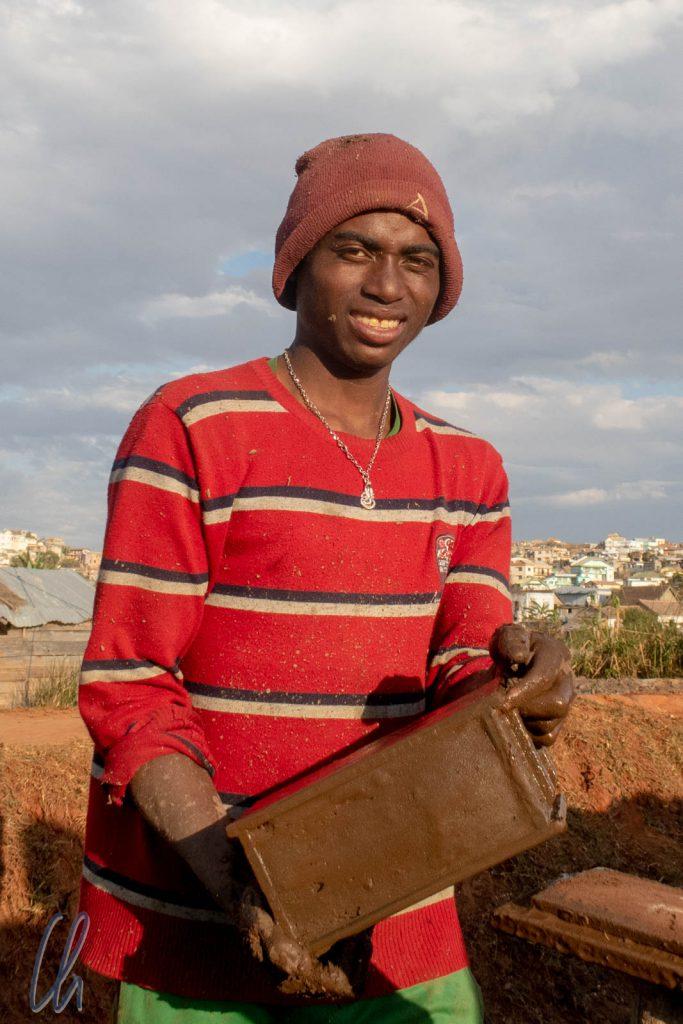 Dieser Mann stellt Lehmziegel her. Wir trafen ihn am ersten Tag auf Madagaskar. Am letzten Tag konnten wir ihm dieses Bild schenken.
