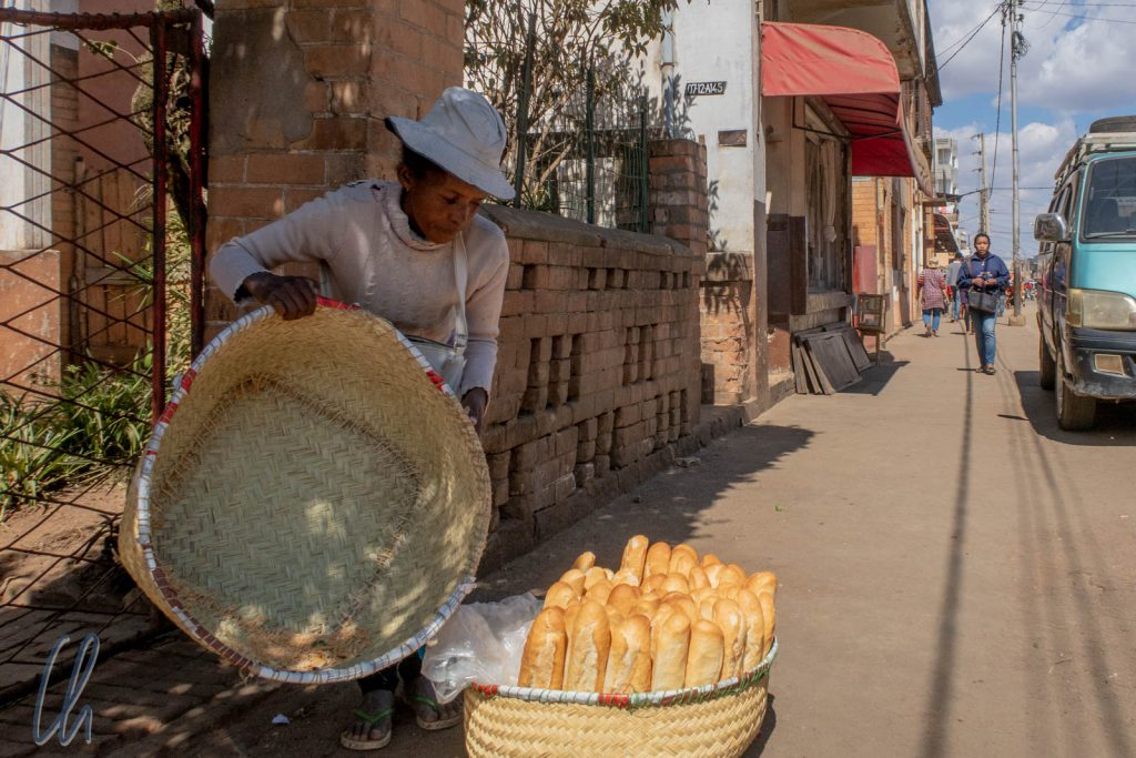 Frische und knusprieg Baguettes gibt es überall auf Madagaskar zu kaufen.