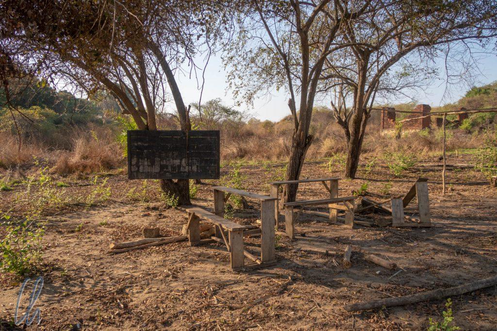 Auf den ersten Blick eine idyllische Schule im Grünen, in Wirklichkeit aber Zeugnis eines traurigen Missstandes