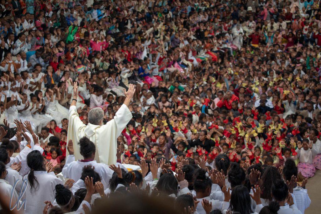 Pater Pedro spendet den Segen
