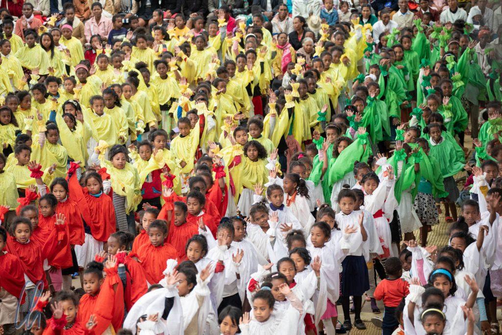 Tanzende Kinder in den madegassischen Landesfarben (und gelb)