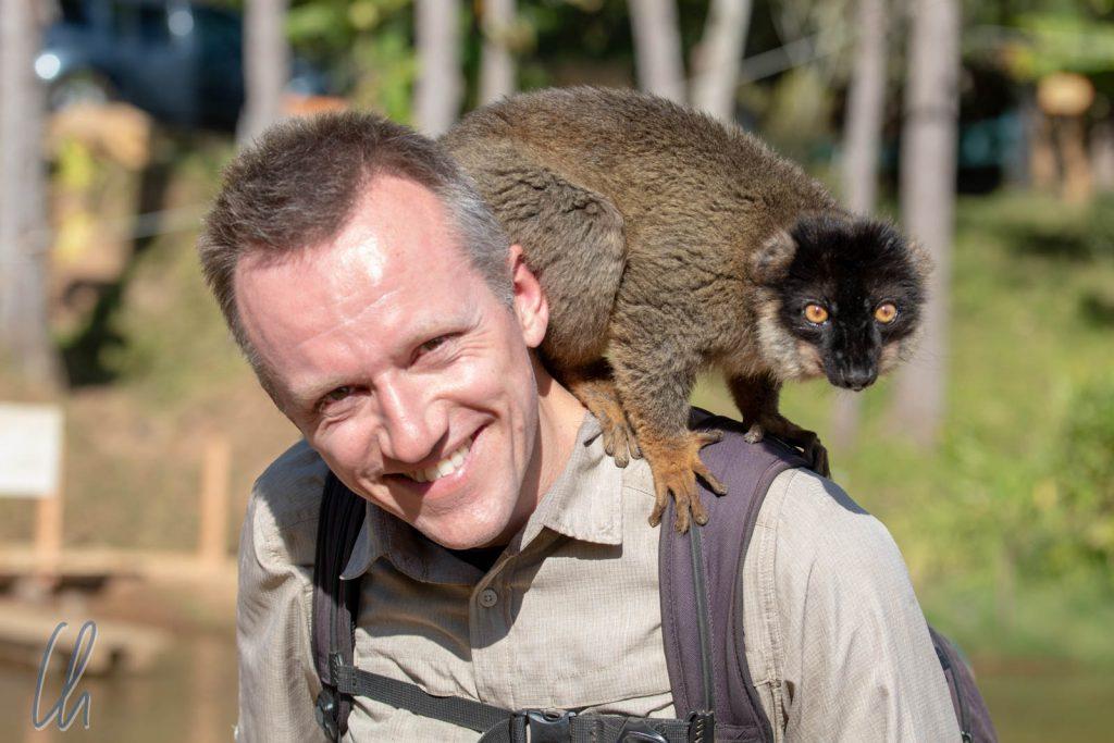 Christian mit braunem Lemur