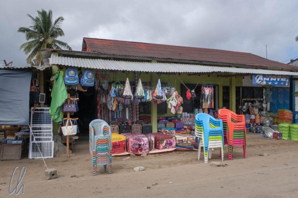 Regenwaldarchitektur: Die meisten Geschäfte hatten Wellblechvordächer, um ihre Waren zu schützen.