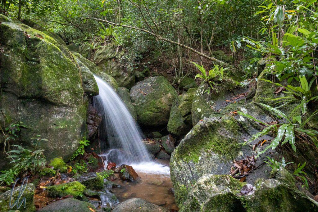 Ein idyllischer Wasserfall nahe dem Camp