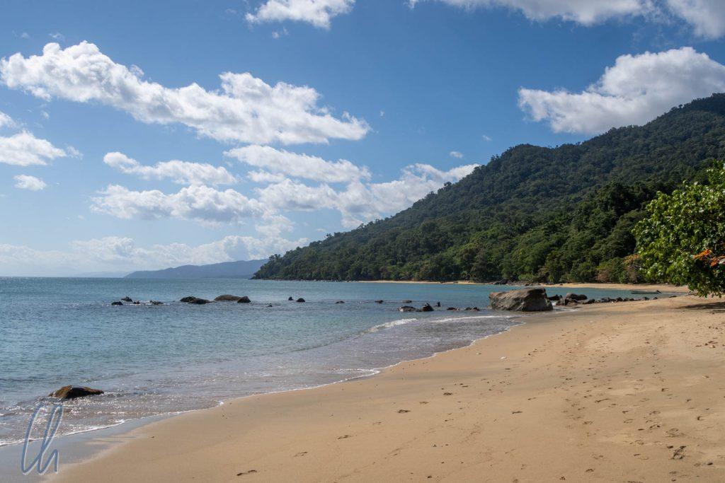 Masoala könnte das Klischee-Paradies sein: Strand, Meer und dichter Regenwald. Aber es gibt auch viele Bedrohungen: Illegale Fischerei, Abholzung etc.