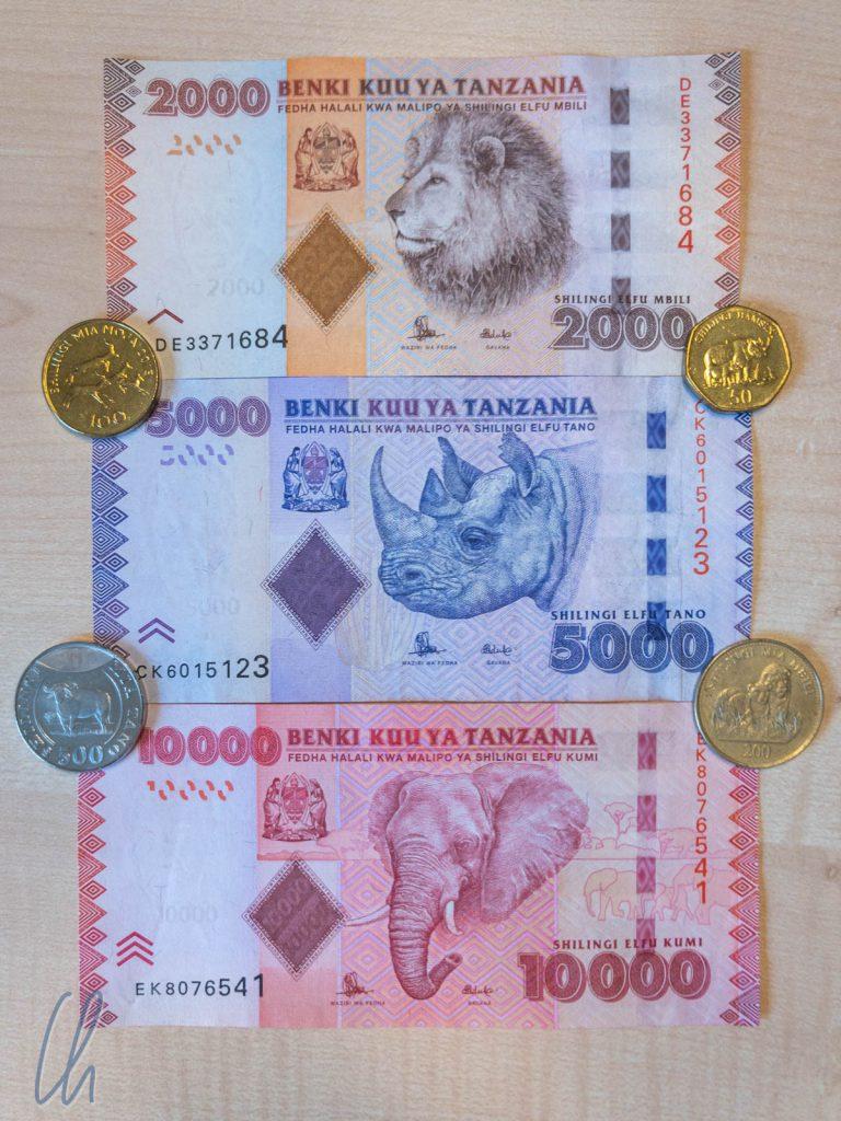 Safari im Geldbeutel: 50 Tsh: Nashorn; 100 Tsh: Impalala; 200 Tsh: Löwe; 500 Tsh: Büffel; 2000 Tsh: Löwe; 5000 Tsh: Nashorn; 10000Tsh Elefant. Bei der Bezahlung einer Safari sind diese Scheine und Münzen allerdings wertlos.