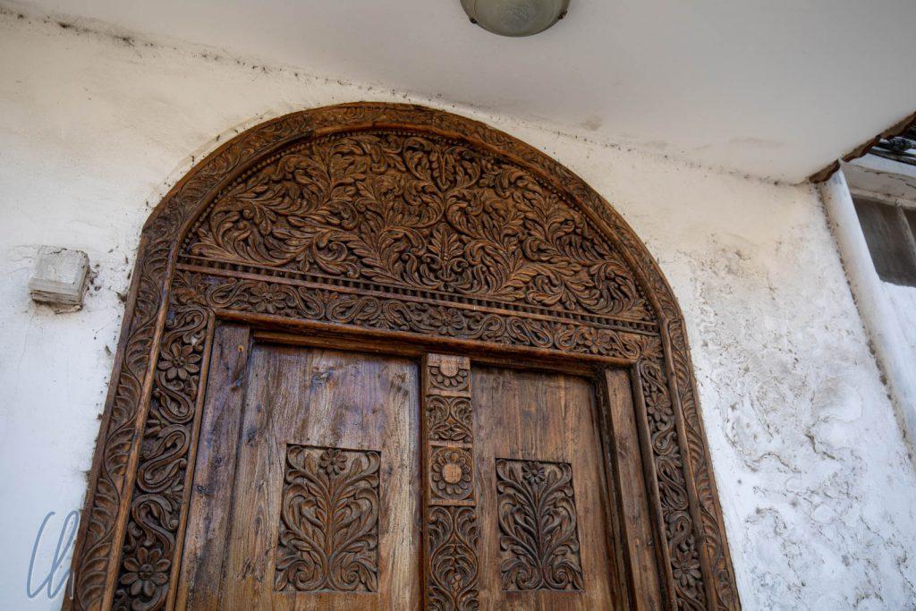Von außen waren die meisten Häuser unscheinbar. Aufwändig geschnitzte Türen machten hier eine Ausnahme.