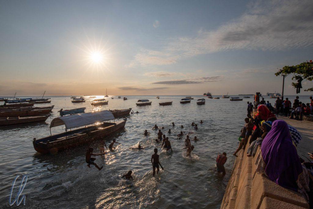 Auch hier Hakuna Matata: Abends bedeten die Kinder am Übergang vom Strand zur Uferpromenade des Forodhani Parks.