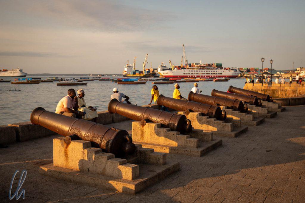 Abendstimmung an der Uferpromenade, im Hintergrund der Hafen. Von dort aus werden wir zum Festland fahren.