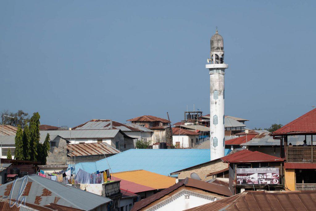 Ein Minarett über den Wellblechdächern von Stone Town