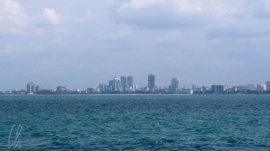 Die Skyline von Dar es Salaam kommt in Sicht.