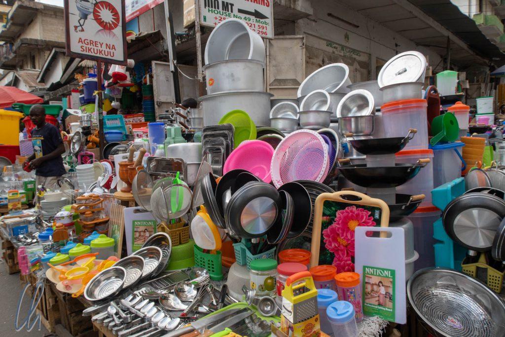 Der Kariakoo Markt ist eigentlich ein Stadtteil, wo überall auf der Straße alles mögliche verkauft wird.