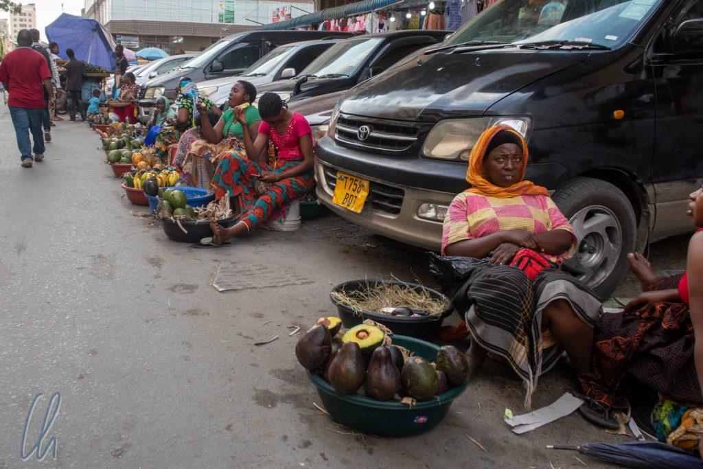 Die kleine Form des Kleinunternehmertums. Diese Frauen verkaufen aus einer Schüssel Obst und Gemüse.
