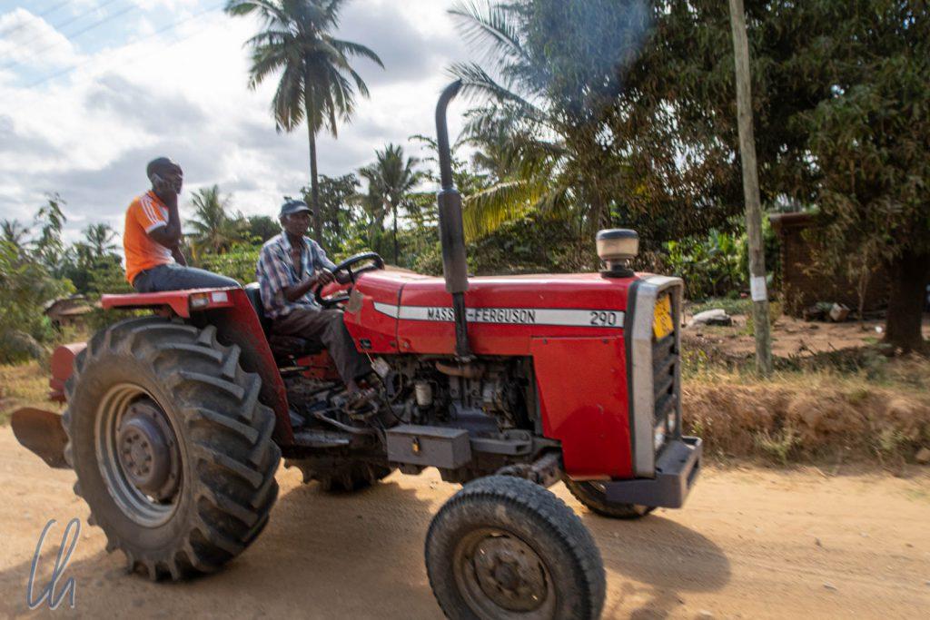 Nicht nur Muskelkraft sondern auch Traktoren werden in Tansanias Landwirtschaft eingesetzt.