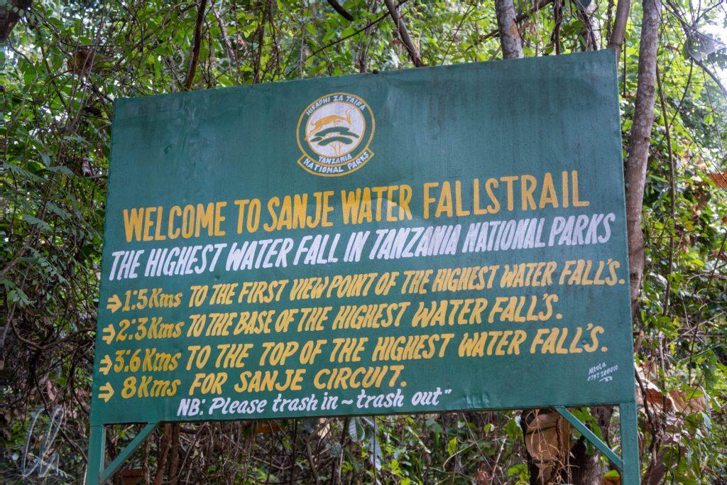 Wegweiser zum der höchsten Wasserfall in Tansanias Nationalparks
